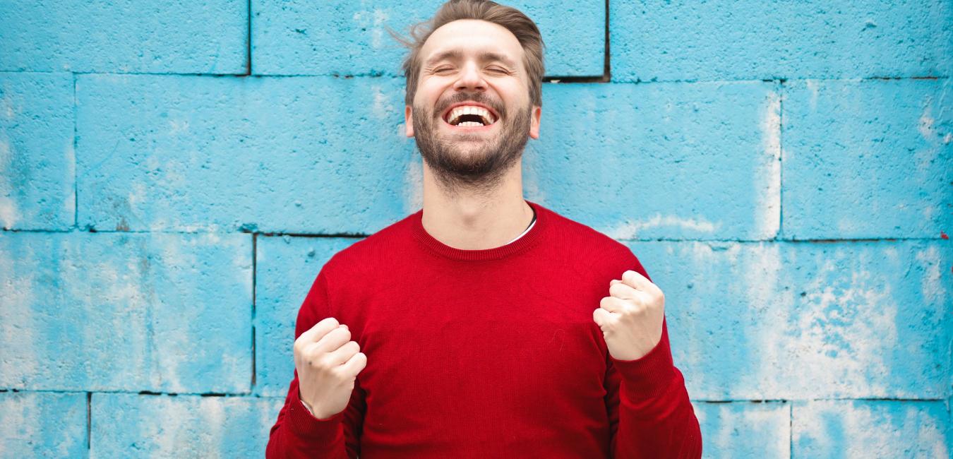 hombre-sonriendo-exito